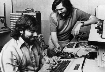 Стив Джобс и Стив Возняк, основатели компании Apple в 1976 году