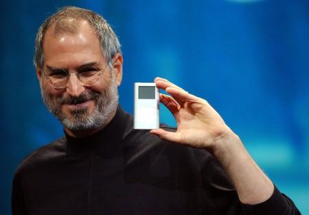 Стив Джобс показывает iPod mini на конференции Macworld Expo. 2004 год.