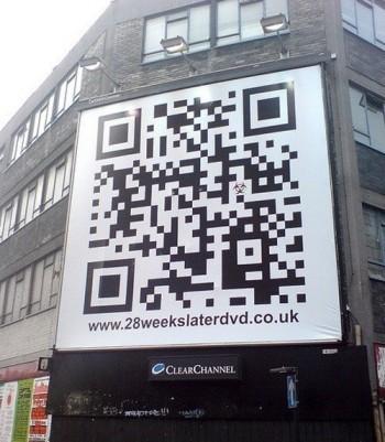 Зашифрованная в QR коде надпись на большом билборде вывешенном на здании