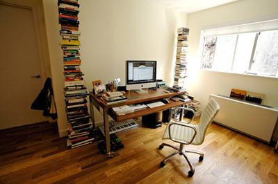 Книги, которым не нашлось места в шкафу и на полках, сами стали частью интерьера