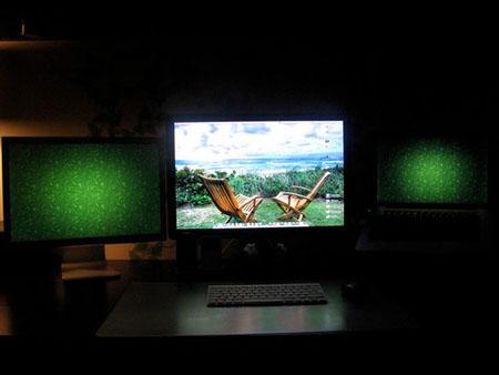 Два боковых монитора выполняют функции подсветки в вечернее время