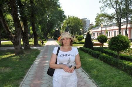 Жена на фоне входа в санаторную зону