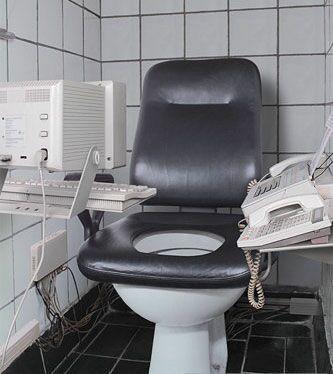 Более 17% пользователей Сети пишут в Твиттер, находясь в туалете