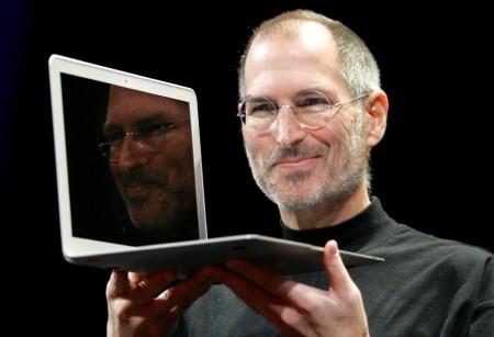 Генеральный директор Apple Стив Джобс держит новый MacBook Air. 2008 год.