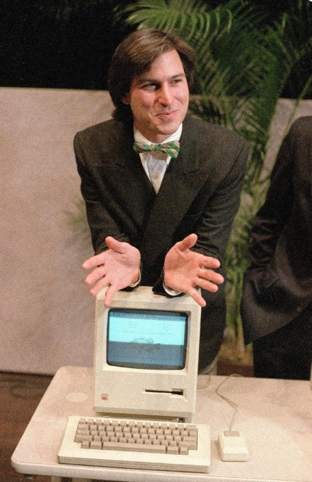 Стив Джобс опирается на новый компьютер Macintosh. 1984 год.