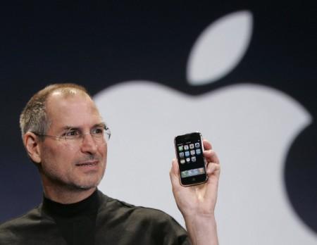 Стив Джобс держит Apple iPhone на конференции Macworld в Сан-Франциско. 2007 год.