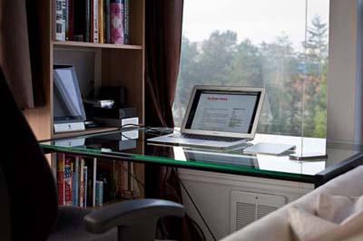 Стеклянная поверхность рабочего стола