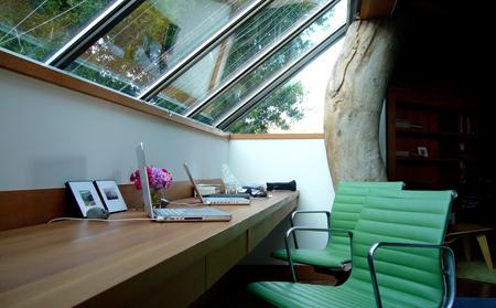Рабочее место устроено под стеклянной крышей мансарды