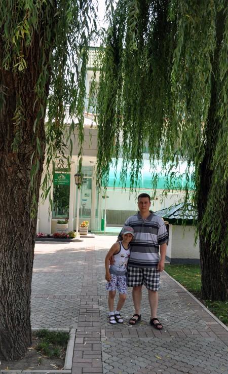 Я и сын между каких-то висячих деревьев. Еще не узнал что это за деревья)